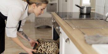 Cozinheira domiciliar também pode ser empregada doméstica?