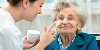 Jornada de trabalho cuidador de idosos: como dividir os turnos?